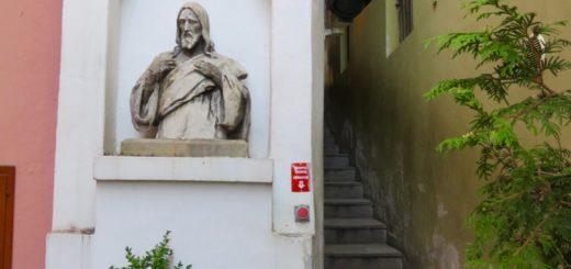 Gasse mit Fußgängerampel in Prag