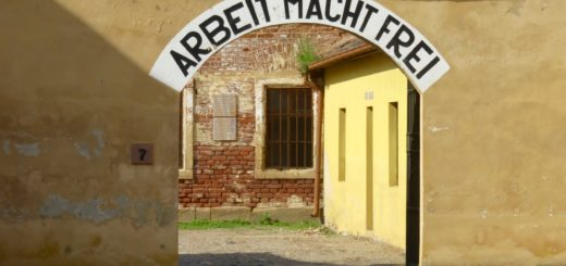 """Theresienstadt, Torbogen """"Arbeit macht frei"""""""